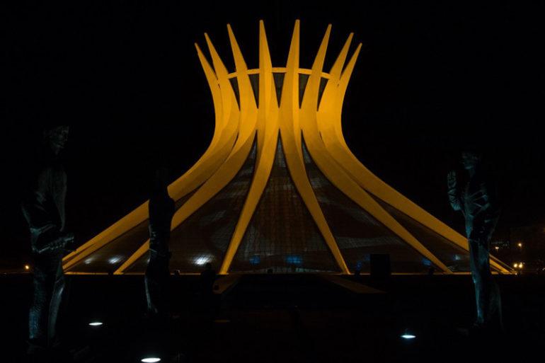 Catedral de Brasília iluminada para o Setembro Amarelo